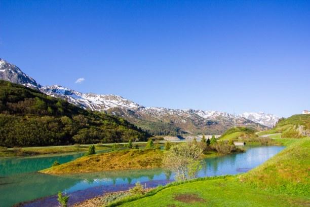 Kurzurlaub Tirol, Österreich, Rund um den Campingplatz blickt man auf ein unglaubliches Bergpanorama
