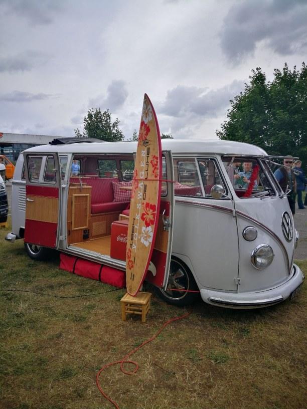 Kurzurlaub Fehmarn (Stadt), Ostseeinseln, Deutschland, Bulli und Surfer gehören einfach zusammen! Wie hier bei diesem farbli
