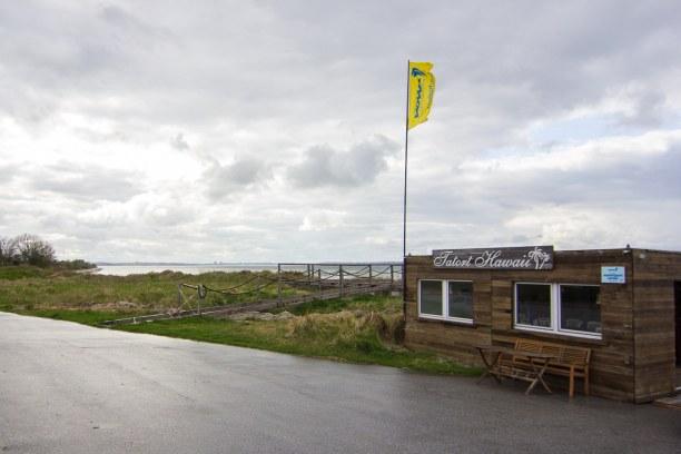 """Kurzurlaub Laboe (Stadt), Ostseeküste, Deutschland, Der """"Tatort Hawaii"""" in Stein ist wohl einer der bekanntesten Kite- und"""