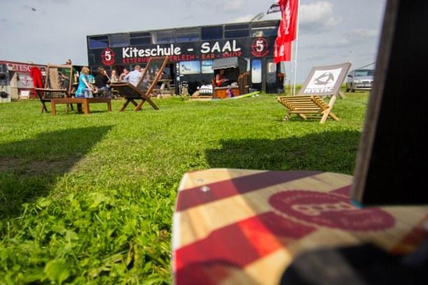 Kurztrip Warnemünde (Stadt), Ostseeküste, Deutschland, Relaxen an der Kiteschule Saal mit Grillparty bei Sonnenschein.