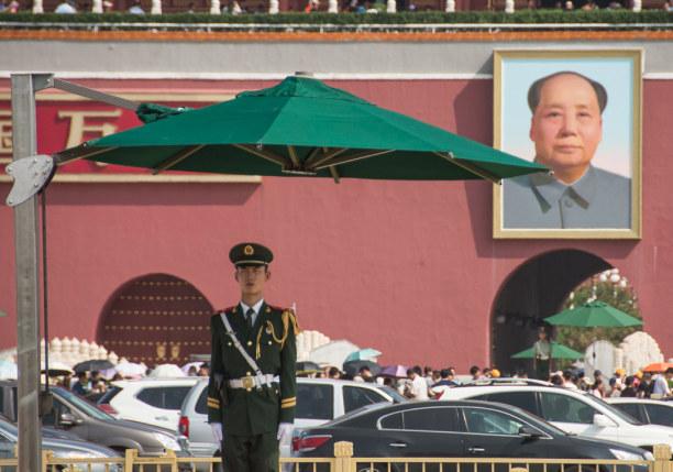Eine Woche Peking (Stadt), Peking und Umgebung, China, Der Tiananmen Platz ist streng bewacht. Der Zugang ist nur durch mehre