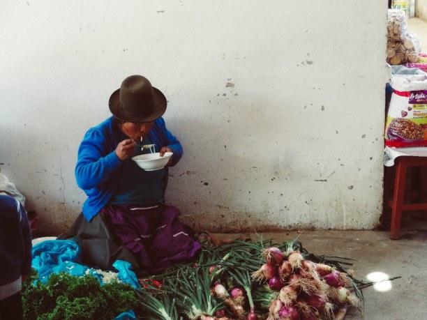 10 Tage Cusco (Stadt), Peru, Peru, Auf dem kleinen San Blas Markt verkaufen die Frauen hauptsächlich Obs