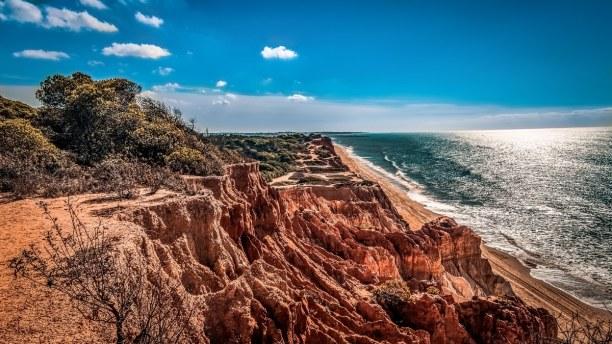 Kurztrip Algarve, Portugal, Carrapteira liegt am Strand Praia do Amado.  Die rötlichen Felsen fü