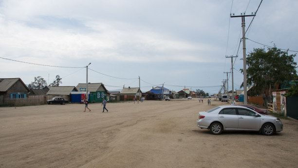 Langzeiturlaub Sibirien, Russische Föderation, Auch den Hauptort Chuschir durchzieht eine breite Schotterstraße.
