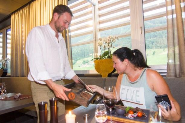 Kurztrip Hinterglemm (Stadt), Salzburger Land, Österreich, Als Hauptspeise gab es Steak und Melanie durfte sich sogar ein Steakme