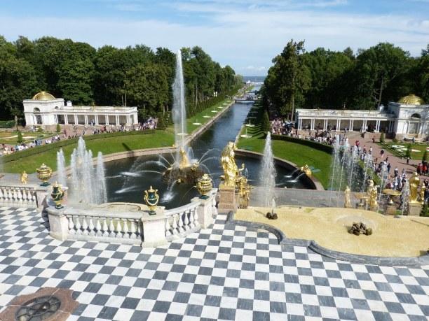 Sankt Petersburg (Stadt), Sankt Petersburg und Umgebung, Russische Föderation, Schloss Peterhof liegt etwa 30 km westlich von Sankt Petersburg. Hinte