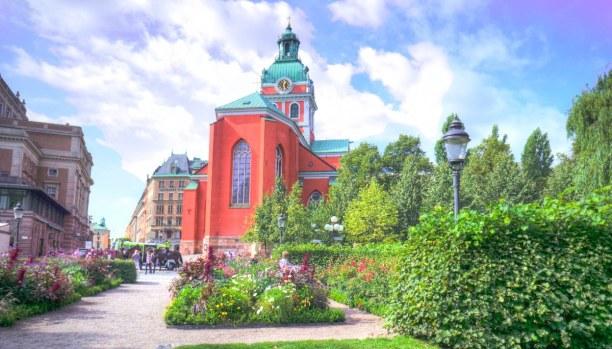 Kurztrip Stockholm & Umgebung, Schweden, Die Jakobskirche liegt direkt am Park Kungsträgarden. Dank ihrer rote