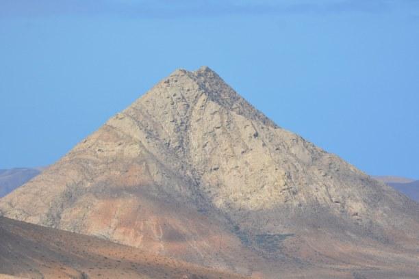 1 Woche Fuerteventura, Spanien, Tindaya ist der Zauberberg, der sich inmitten von Flachland erhebt. Ur