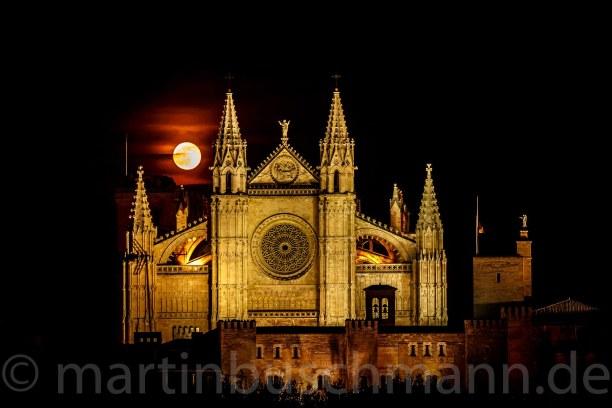 Eine Woche Mallorca, Spanien, Palma Kathedral with fullmoon
