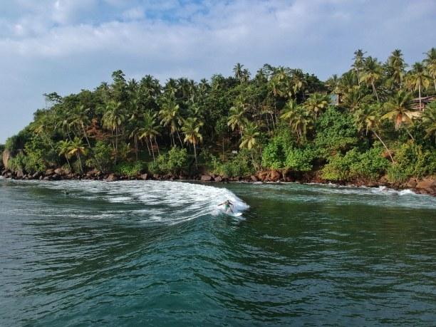Zwei Wochen Sri Lanka, Sri Lanka, Mirissa Beach hat einen tollen Sandstrand und das Wasser hier ist eher