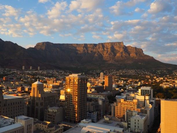 2 Wochen Südküste, Südafrika, Der Tafelberg gehört zu der Skyline Kapstadts. Zum Massiv des Berges