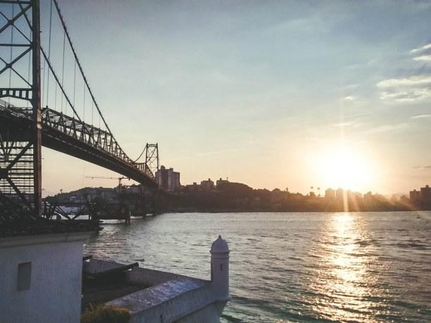 """10 Tage Florianópolis (Stadt), Süden, Brasilien, Floripas Ansicht aus der Ferne ist eine Hommage an """"Alt trifft Neu"""