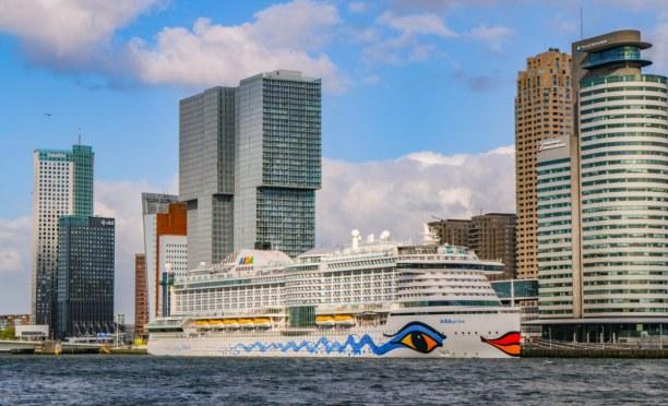 Kurztrip Rotterdam (Stadt), Südholland, Niederlande, Damals gemeinsam mit uns im Hafen: die schöne AIDAprima, mit welcher