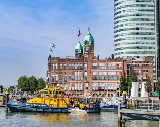 Kurzurlaub Rotterdam (Stadt), Südholland, Niederlande, Das berühmte Hotel New York im Hintergrund und eine der vielen Wasser