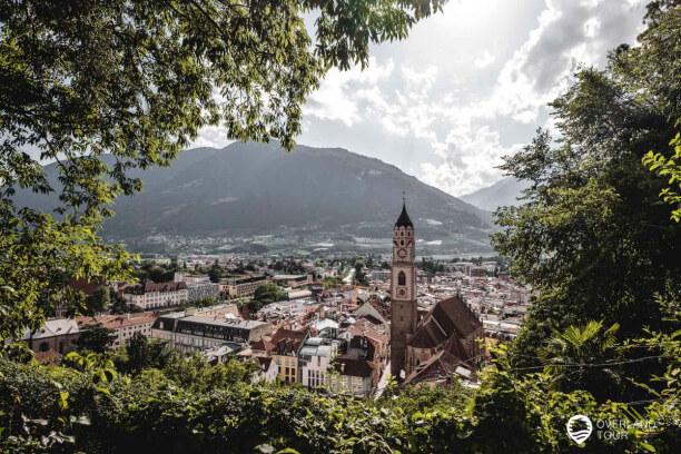 Kurzurlaub Meran (Stadt), Trentino-Südtirol, Italien, Die Aussicht über MEran und der gotische Pfarrkirche St. Nikolaus