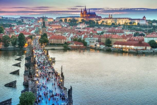 Kurzurlaub Prag und Umgebung, Tschechische Republik, Die Karlsbrücke, welche über die Moldau führt, zählt zu den ältes