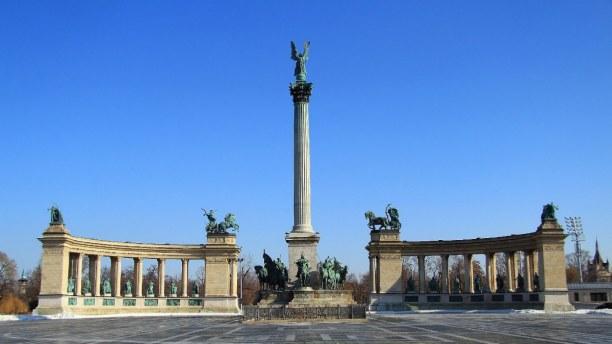 Kurzurlaub Budapest & Umgebung, Ungarn, Der sogenannte Heldenplatz liegt auf der Pestseite. Statuen erinnern a