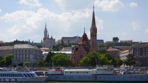 1 Woche Budapest & Umgebung, Ungarn, Blickt man flussabwärts zum Burghügel Buda, beeindrucken Fischerbast