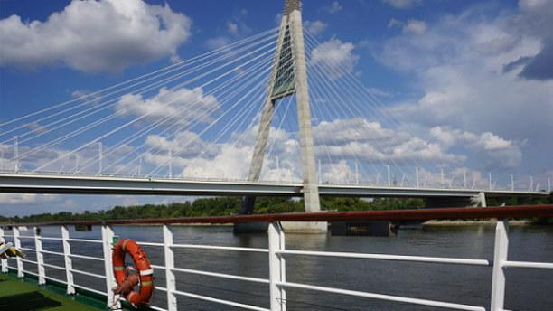 Eine Woche Budapest & Umgebung, Ungarn, Zuerst passiert das vom Donau-Knie kommende Schiff noch die 5 km lange