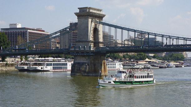 Eine Woche Budapest & Umgebung, Ungarn, Dann erreichen wir die Kettenbrücke, deren Name von ihrer Konstruktio