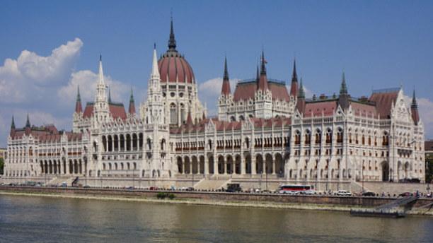 Eine Woche Budapest & Umgebung, Ungarn, Das erste optische Highlight ist das Parlament, ein gigantischer Palas