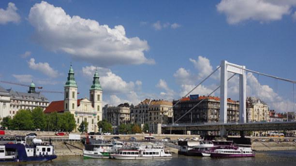 Eine Woche Budapest & Umgebung, Ungarn, Als nächstes unterqueren wir die Elisabethbrücke, das Schiff verlang