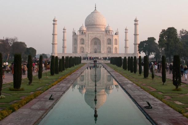 Kurztrip Agra (Stadt), Uttar Pradesh, Indien, Die ersten Gäste bekommen den Taj Mahal mit einer Spiegelfläche zu s