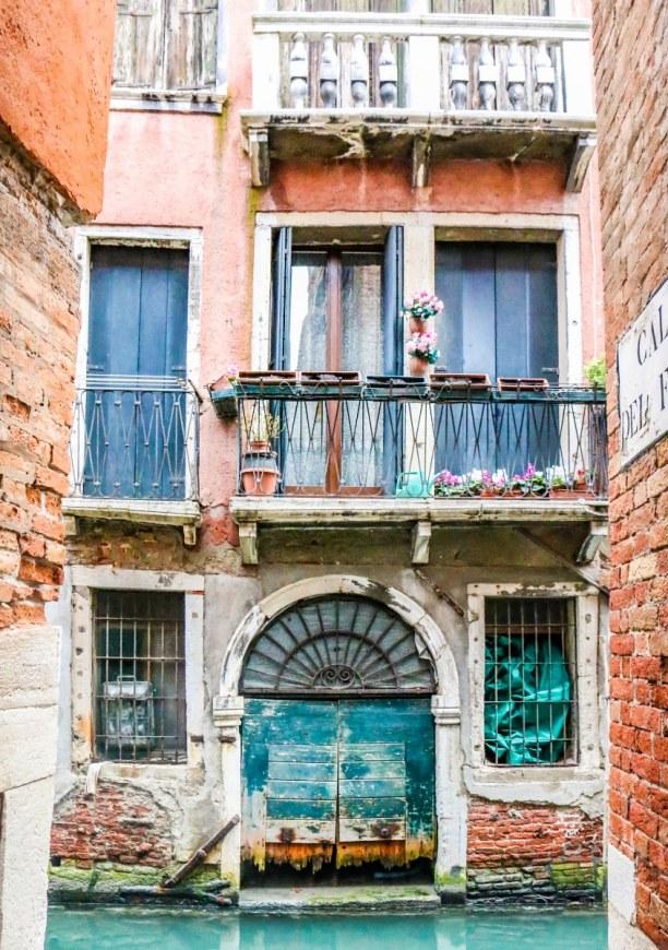 Kurztrip Venedig (Stadt), Venetien, Italien, Der Vefall in Venedig ist allgegenwärtig. Auch wenn das für die Häu