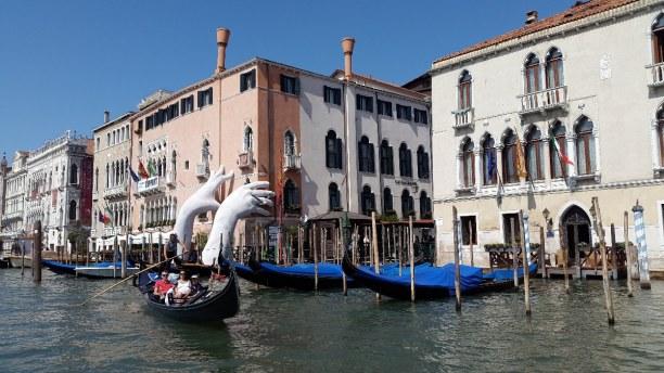 """Kurztrip Venedig (Stadt), Venetien, Italien, Der Künstler Lorenzo Quinn weist mit seinem Kunstwerk """"Support"""" auf d"""