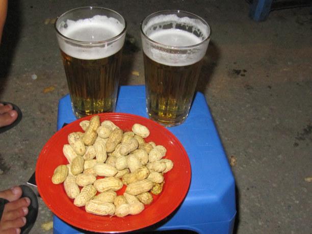 """1 Woche Hanoi (Stadt), Vietnam, Vietnam, """"Bia Hoi"""" - frischgebrautes Bier am Straßenstand"""
