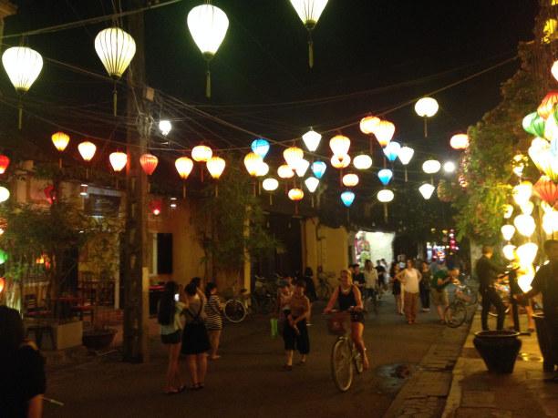 Zwei Wochen Vietnam, Vietnam, Hoi An ist zudem bekannt für seine zahlreichen Lampions, die abends d