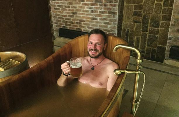 Kurztrip Plzen (Stadt), Westböhmen, Tschechische Republik, Das Bierbad bei Purkmistr genieße ich im Spa- und Wellnessbereich des