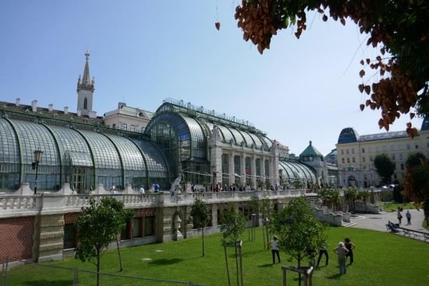 Kurzurlaub Wien (Stadt), Wien und Umgebung, Österreich, Im Palmenhaus ist ein tolles Lokal untergebracht. Durch den hohen Raum