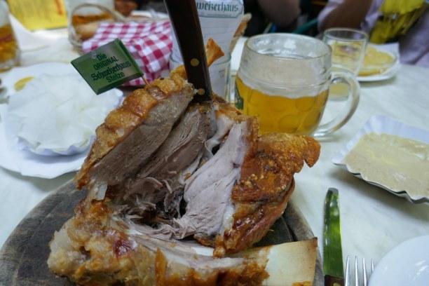 Kurztrip Wien (Stadt), Wien und Umgebung, Österreich, Im Schweizerhaus, einem Lokal im Wiener Prater, isst man traditionell