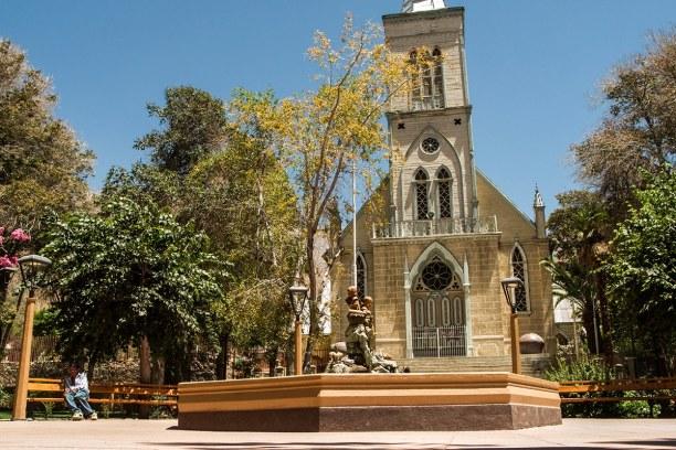 Kurztrip Pisco Elqui (Stadt), Zentralchile, Chile, Die Plaza in Pisco mit seiner kleinen Holzkirche lädt unter schattens